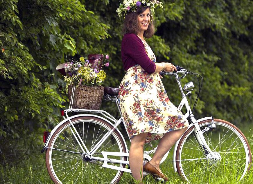 Johanni, Midsommer, Sommersonnenwende, die Wilde Möhre Silja mit Blumenhaarkranz und ihrem Fahrrad