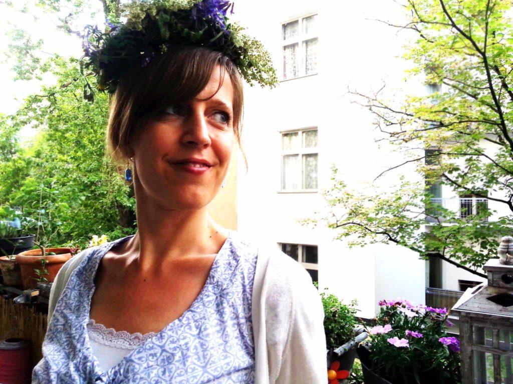 Johanni, Midsommer, Sommersonnenwende, die Wilde Möhre Silja mit Blumenhaarkranz