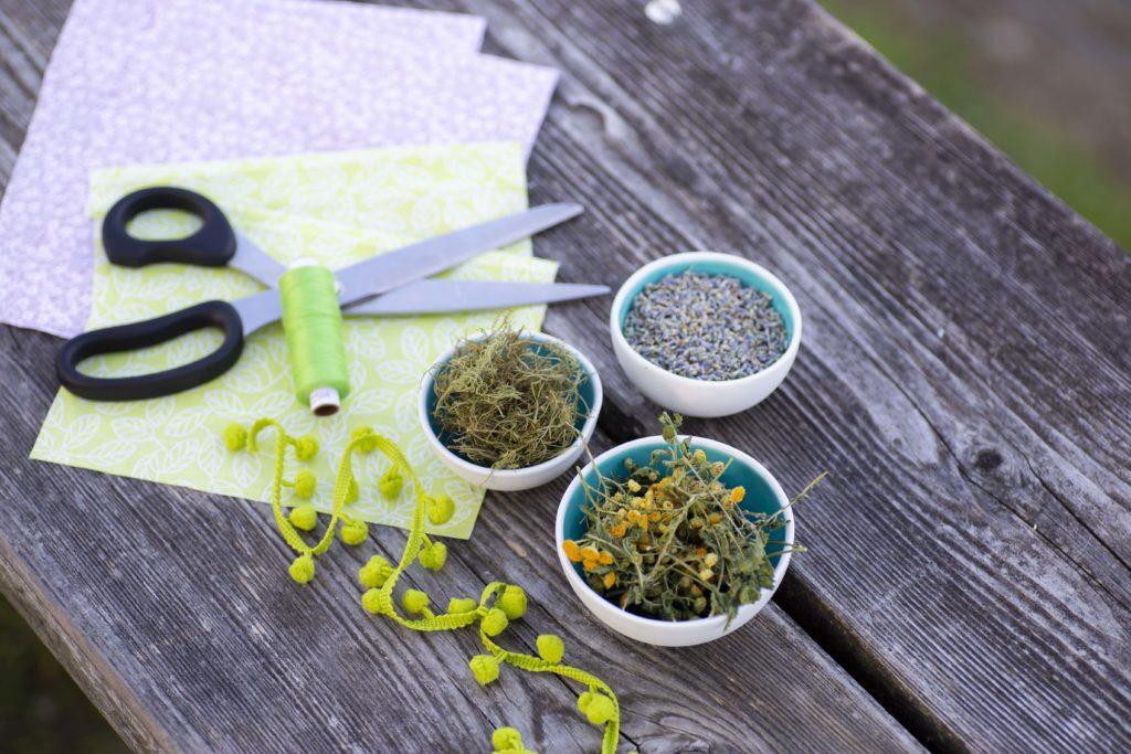Vorbereitung für DIY Motten- & Insektensäckchen: Lavendel, Rainfarn, Eberraute