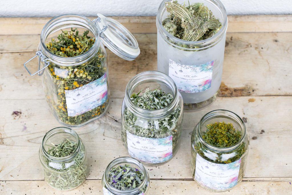 Wildkräuter, Aromatische Kräuter und Duftkräuter in Gläser abgefüllt